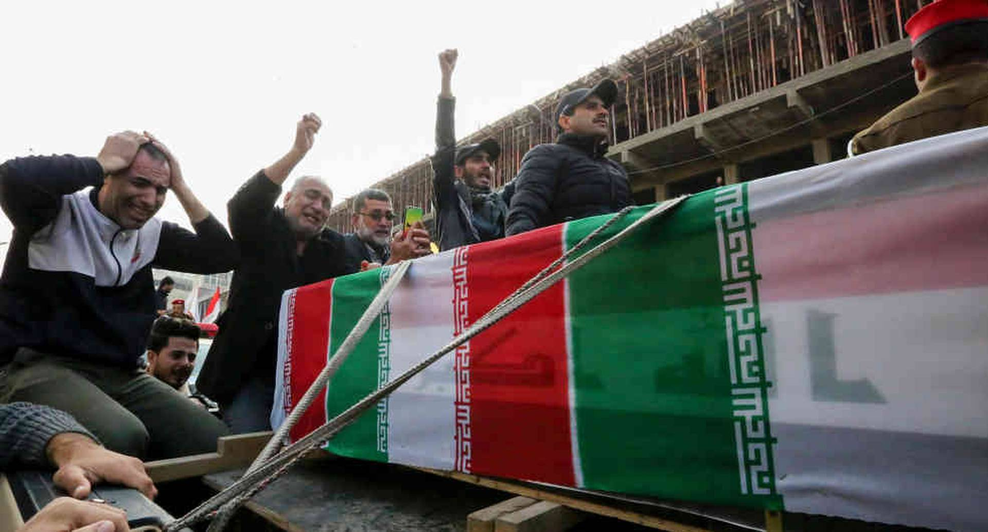 El asesinato en Bagdad del poderoso general iraní Qasem Soleimani puso a Estados Unidos e Irán en el filo de una guerra. Miles de iraníes desfilaron ayer por las calles de Teherán pidiendo venganza. Foto: AFP