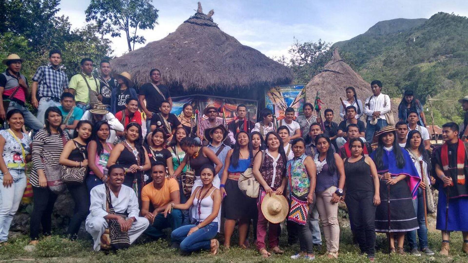 Tejiendo caminos para eliminar el racismo: pueblos indígenas y educación superior en Colombia, una iniciativa para conversar sobre la discriminación que ataca a los miembros de las comunidades indígenas que desean acceder a la educación superior.