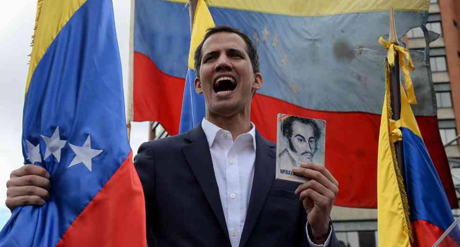 Juan Guidó toma juramento como presidente de Venezuela. Crédito: AFP.