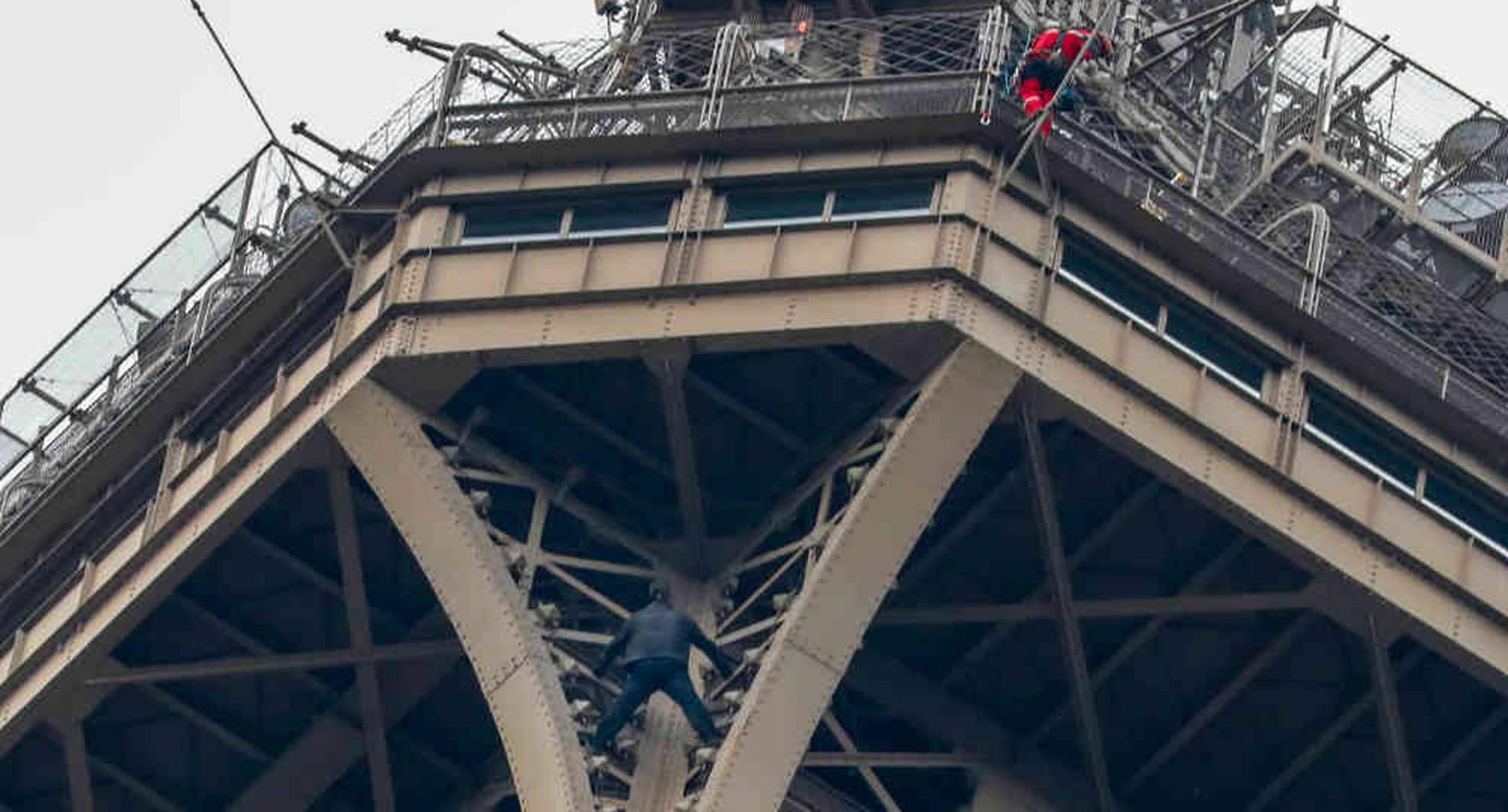 Se desconocen los motivos del hombre para encaramarse al monumento. Foto: AFP