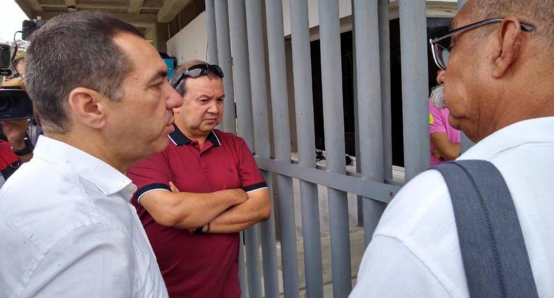 El rector Jorge Restrepo en el momento que intentaba ingresar a la universidad.