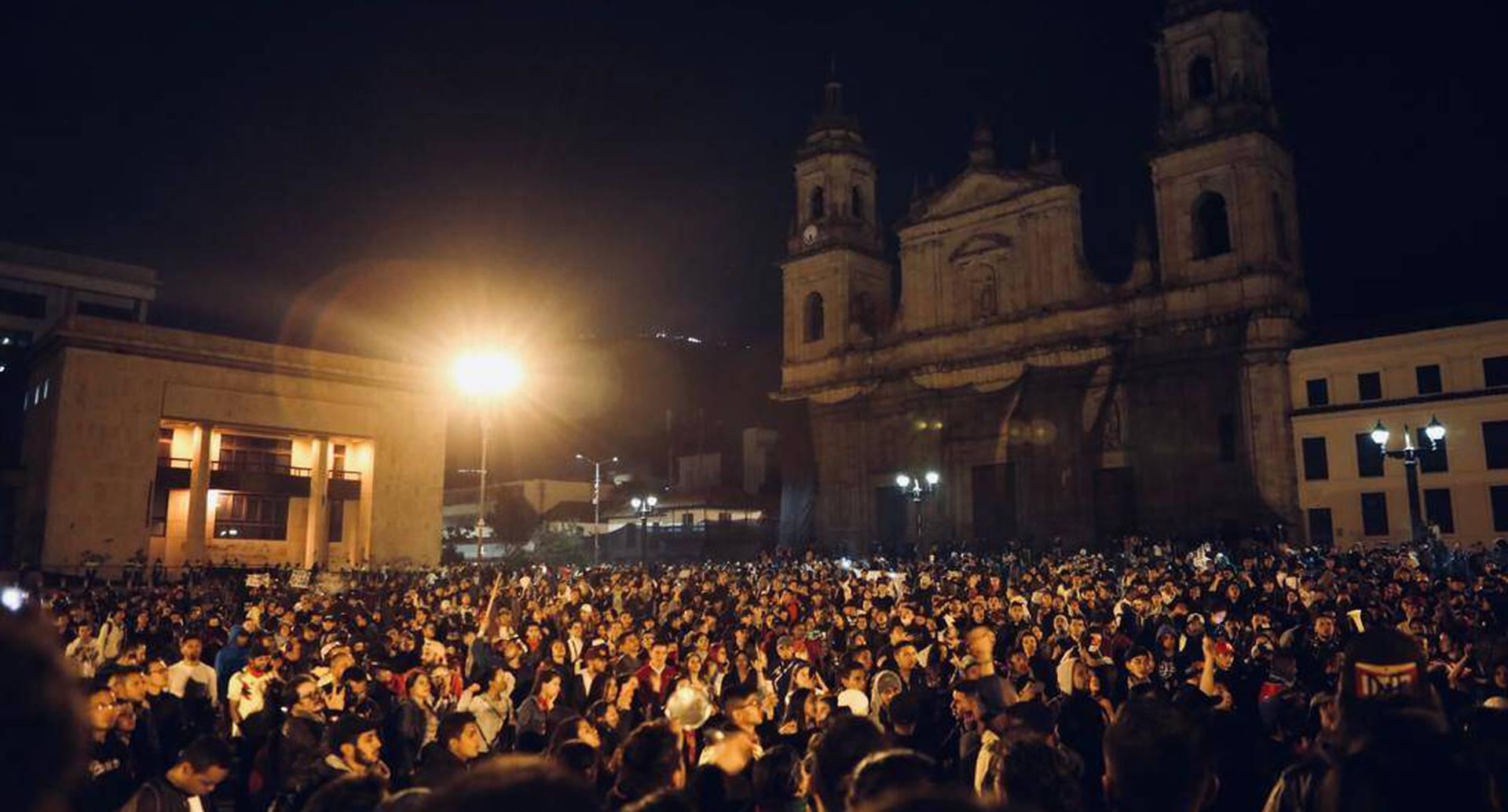 Este sábado continuaron las protestas. Miles de personas se reunieron en la Plaza de Bolívar.