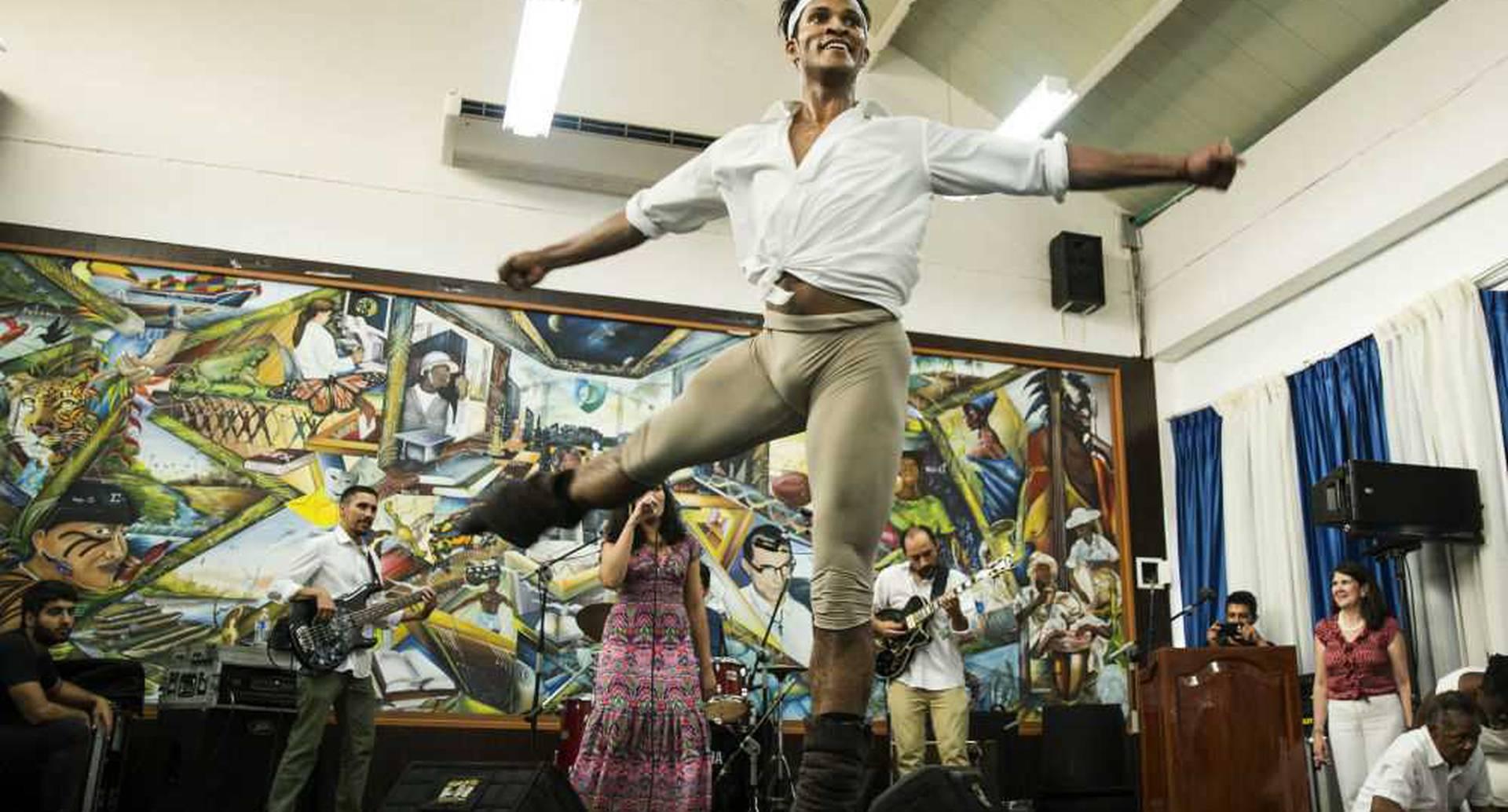 Junto a la banda de jazz bogotana Surikato, Fernando Montaño bailó durante media hora en el auditorio de la Universidad del Pacífico (Buenaventura). Antes de subirse a la tarima inspiró al público con su historia de vida. Foto: David Amado / SEMANA.