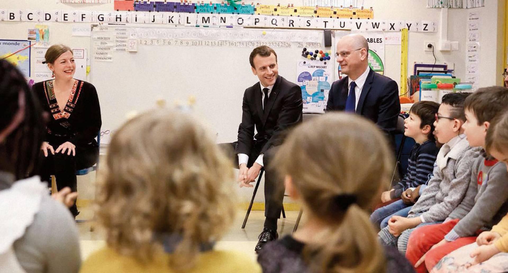 El presidente de Francia, Emmanuel Macron, y el ministro Blanquer acompañan una clase de primaria. En ese país todos los estudiantes retornaron a las aulas el primero de septiembre.