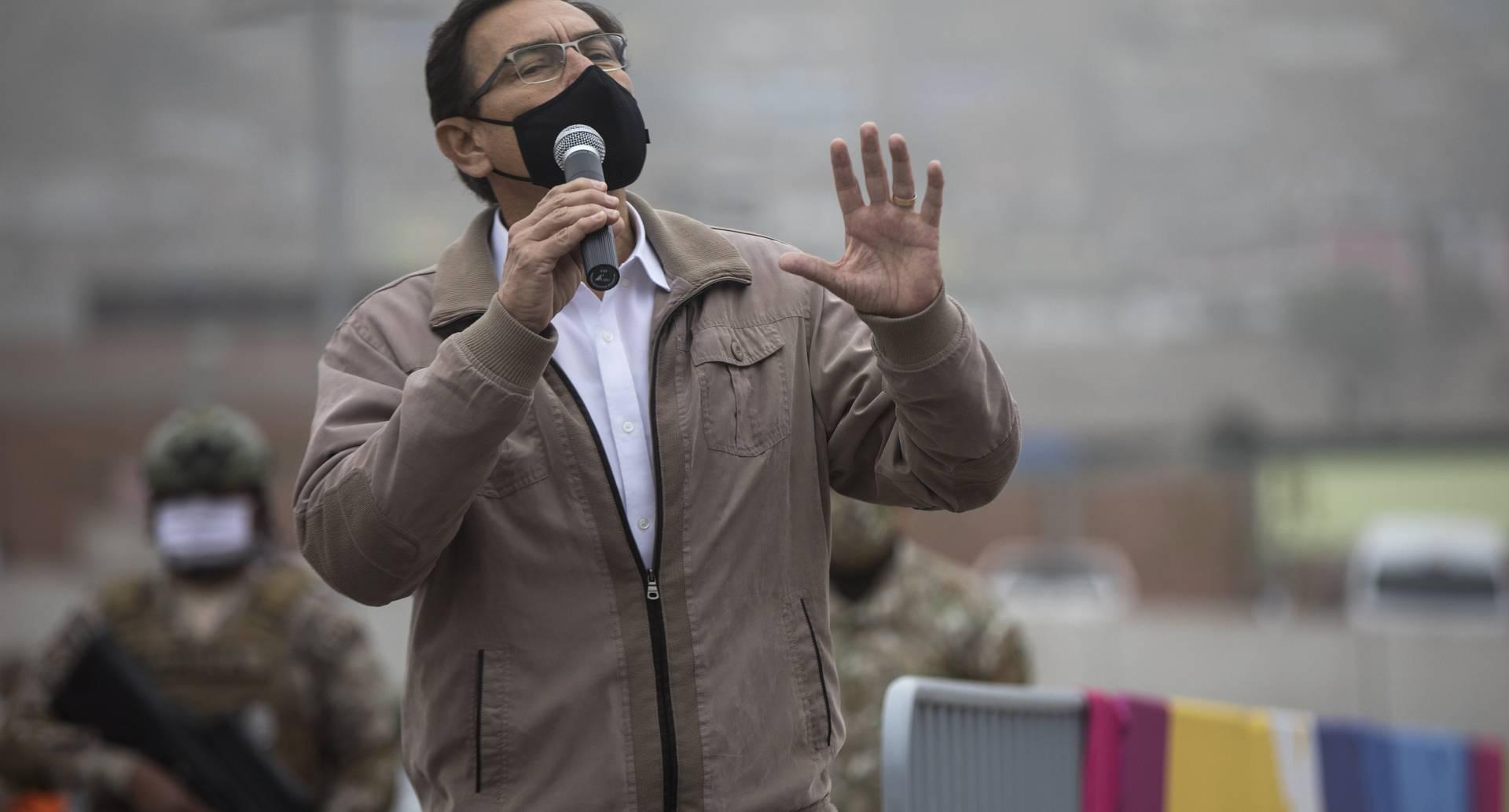 Martín Vizcarra habla con soldados y doctores durante una campaña de test de coronavirus y entrega de ayudas.