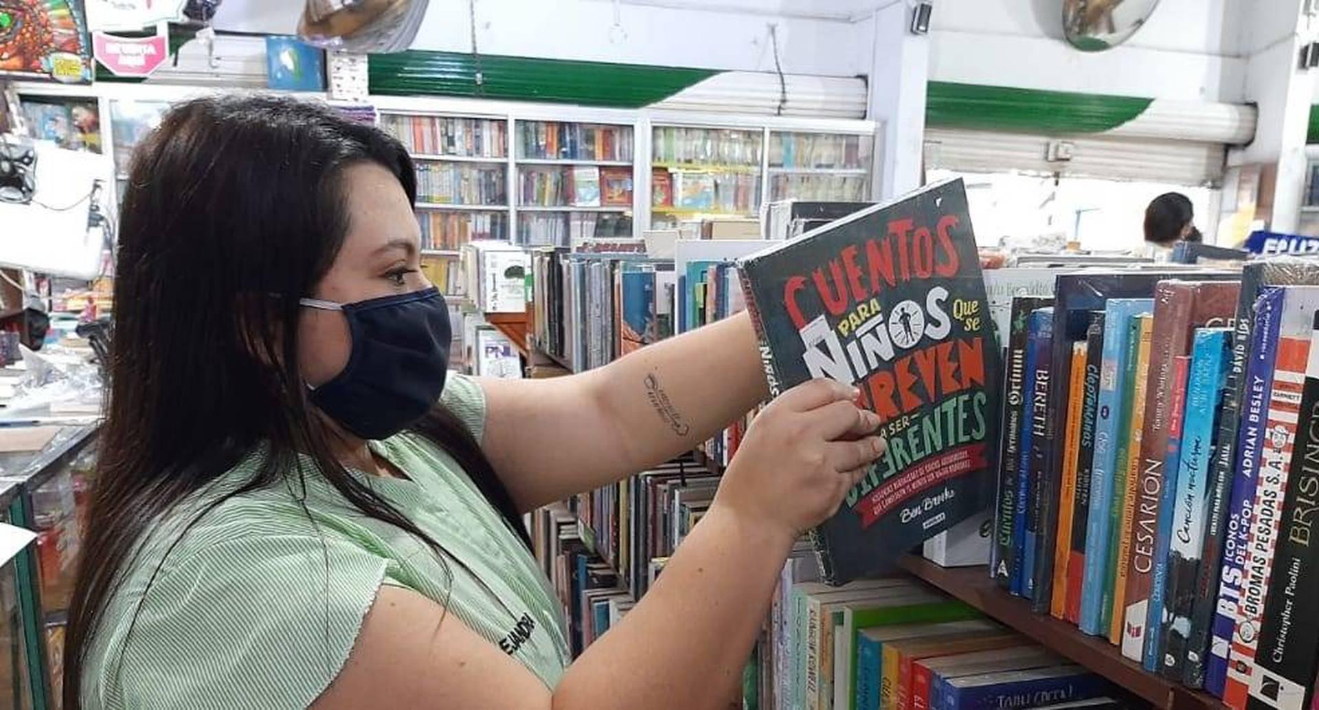 Alejandra Paz, encargada de la librería Troya. Foto: Jamir Mina