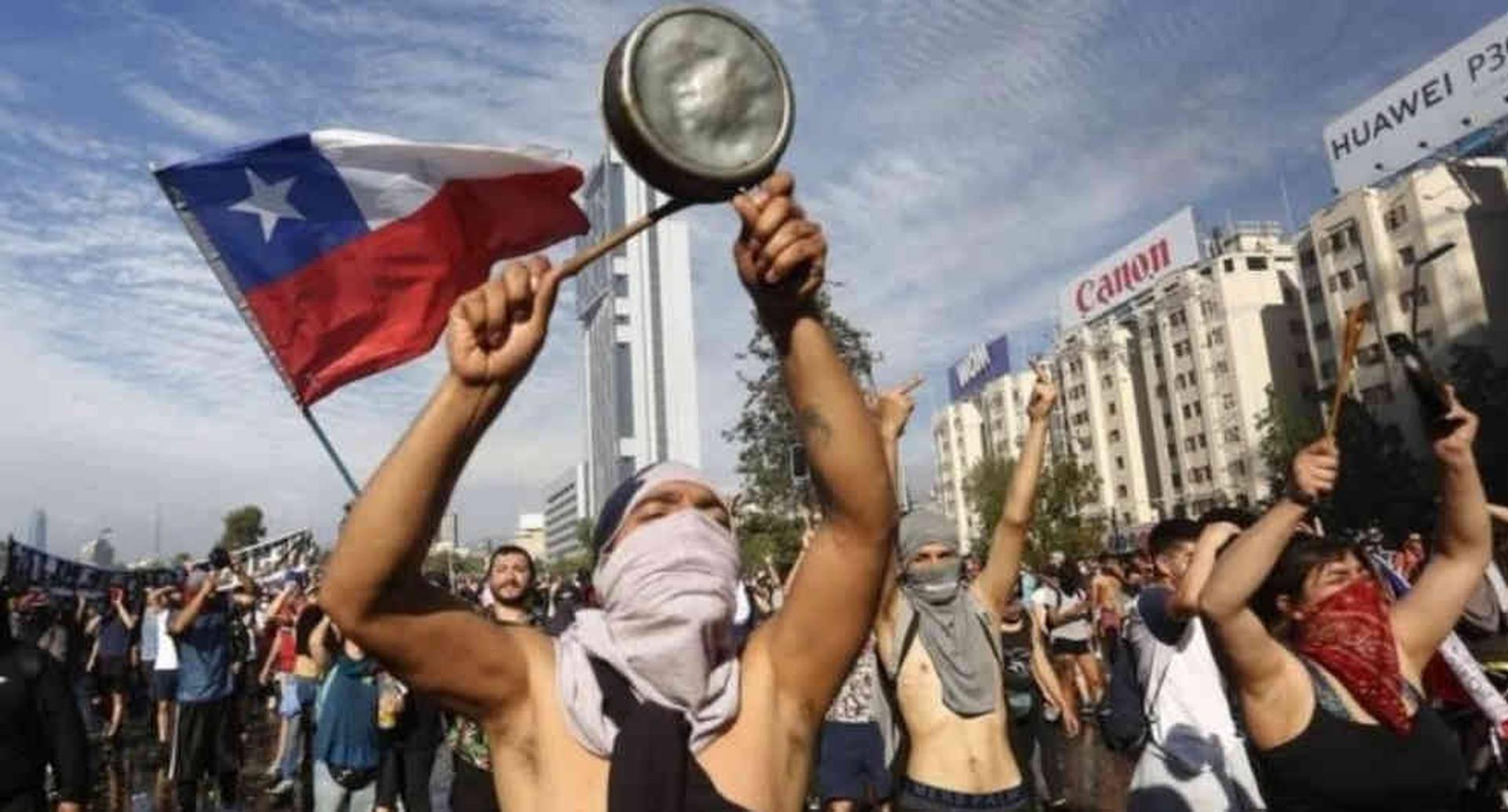 Personas con ollas y en bicicletas rodearon la casa del mandatario para manifestar su inconformidad con el gobierno.