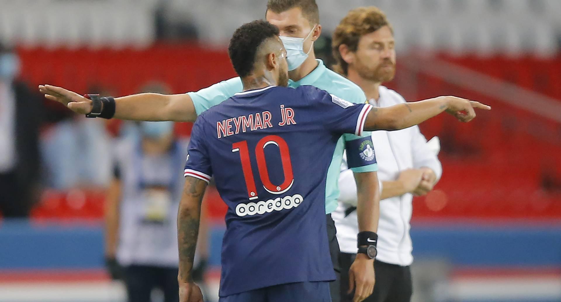 El brasileño Neymar, del PSG, discute con el cuarto árbitro al salir de la cancha tras ser expulsado durante el partido de la liga francesa frente al Marsella, en el Parc des Princes de París, Francia, el domingo 13 de septiembre de 2020. (AP Foto/Michel Euler)