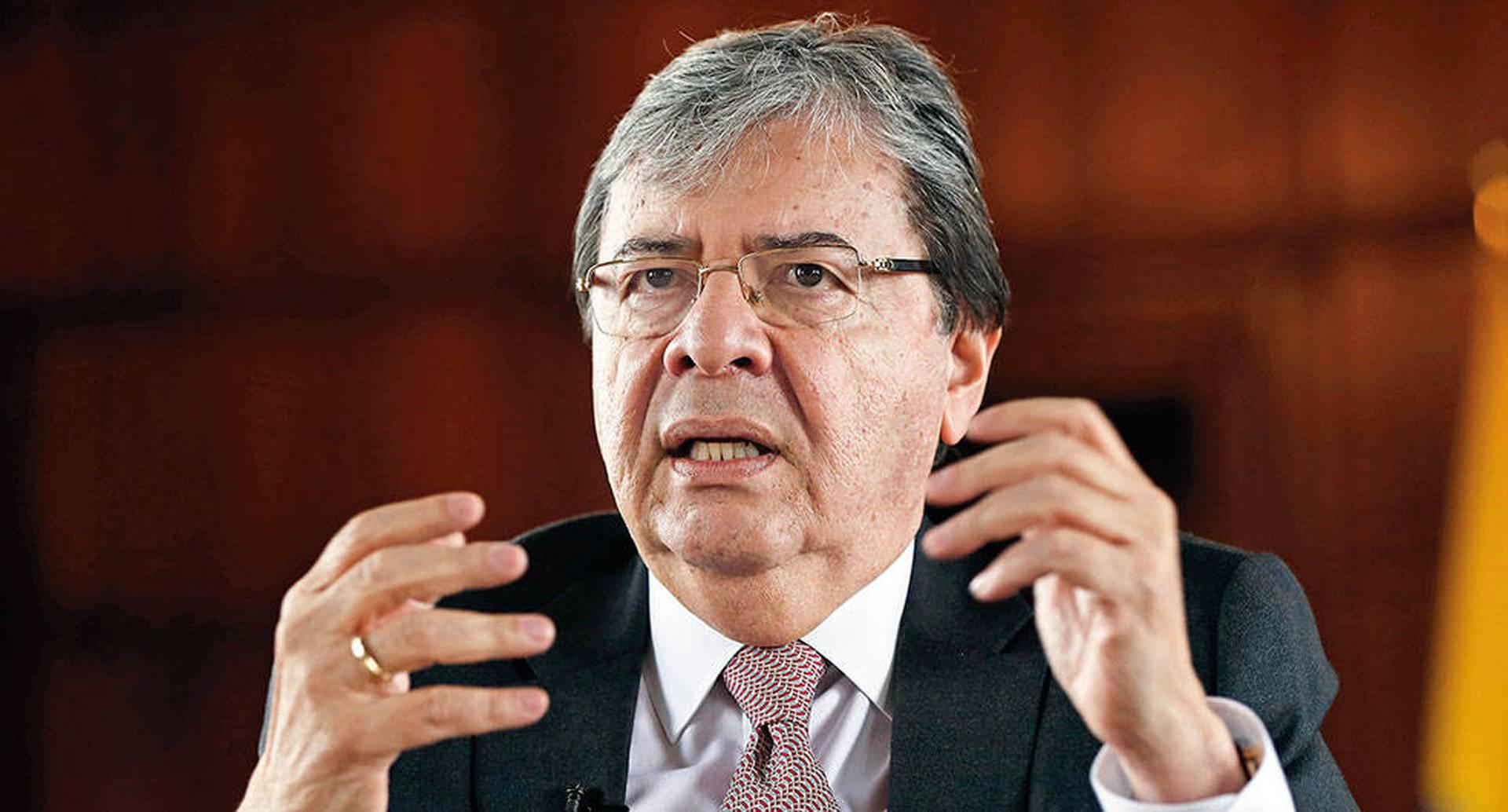 Las funciones de manejar las relaciones exteriores quedaron delegadas de hecho al ministro Carlos Holmes Trujillo, que fue quien expresó el consentimiento de Colombia a la notificación de  la Embajada  de Estados Unidos.