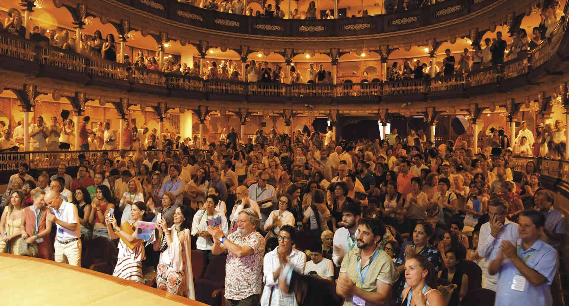 El público asistente al Teatro Adolfo Mejía ovacionó a la artista Doris Salcedo, por su compromiso con el arte y las víctimas anónimas.