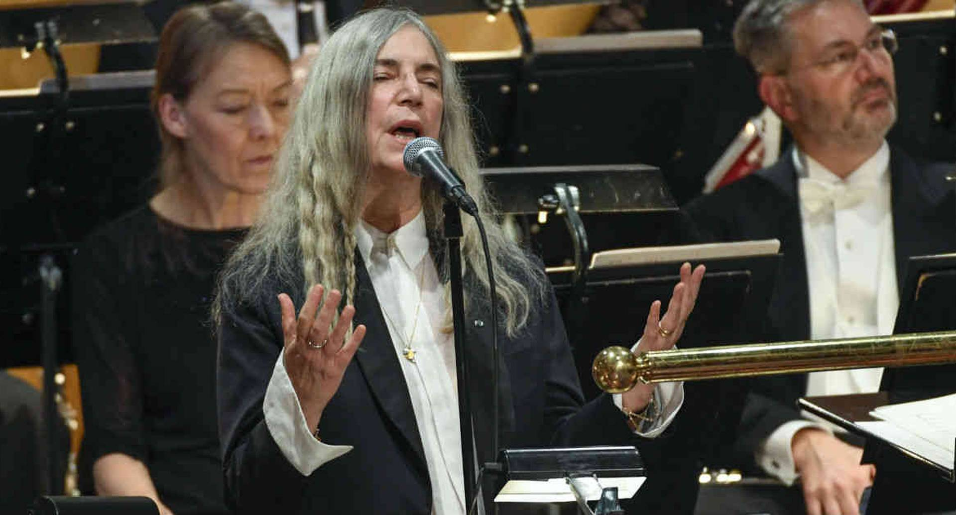 Patti Smith es una poeta y cantautora descrita por varios expertos musicales como una de las artistas más importantes en la escena punk rock.
