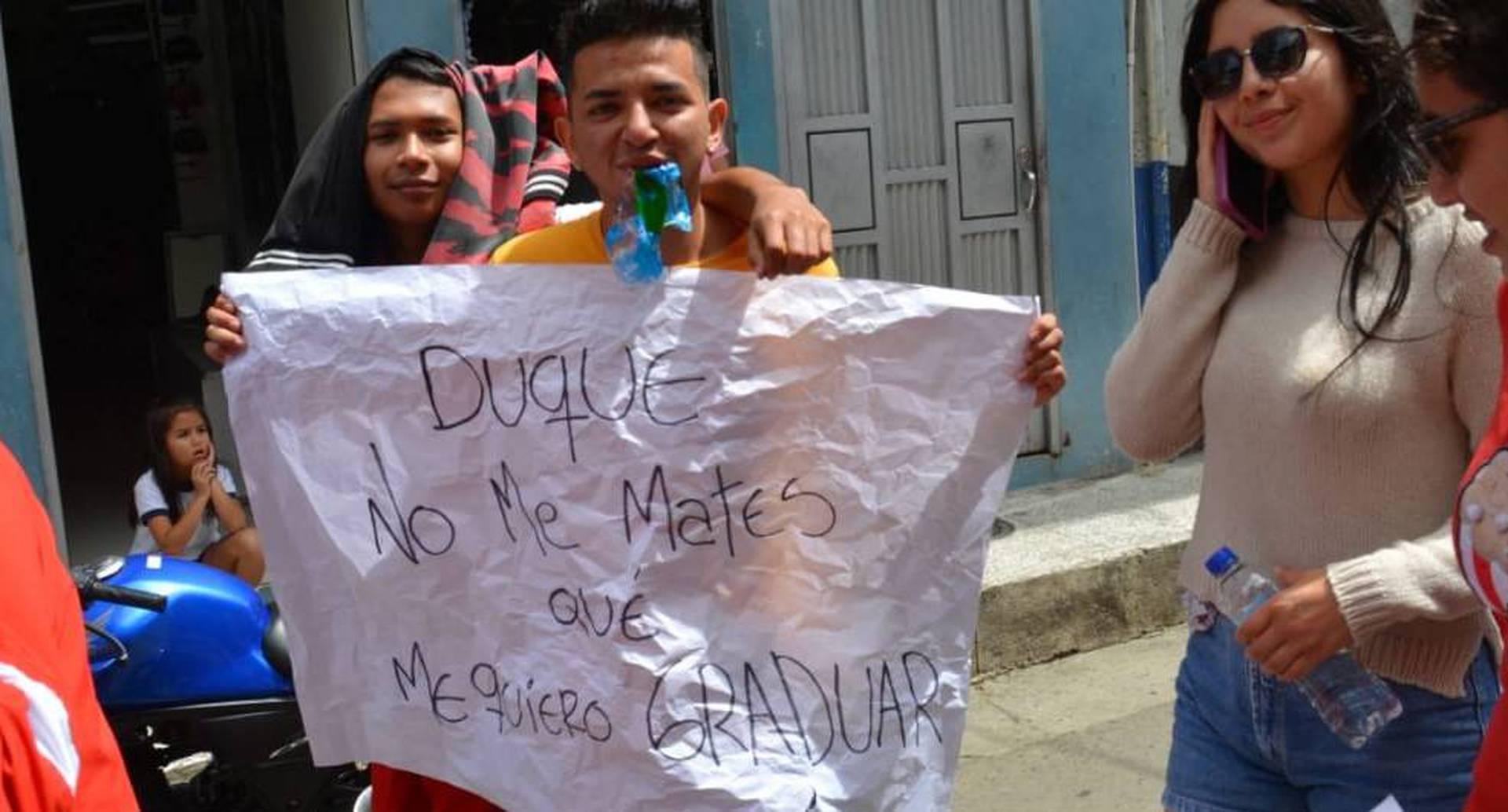 Una de las imágenes más impactantes ha sido la de Campo Elías Benavides de Samaniego con este cartel.