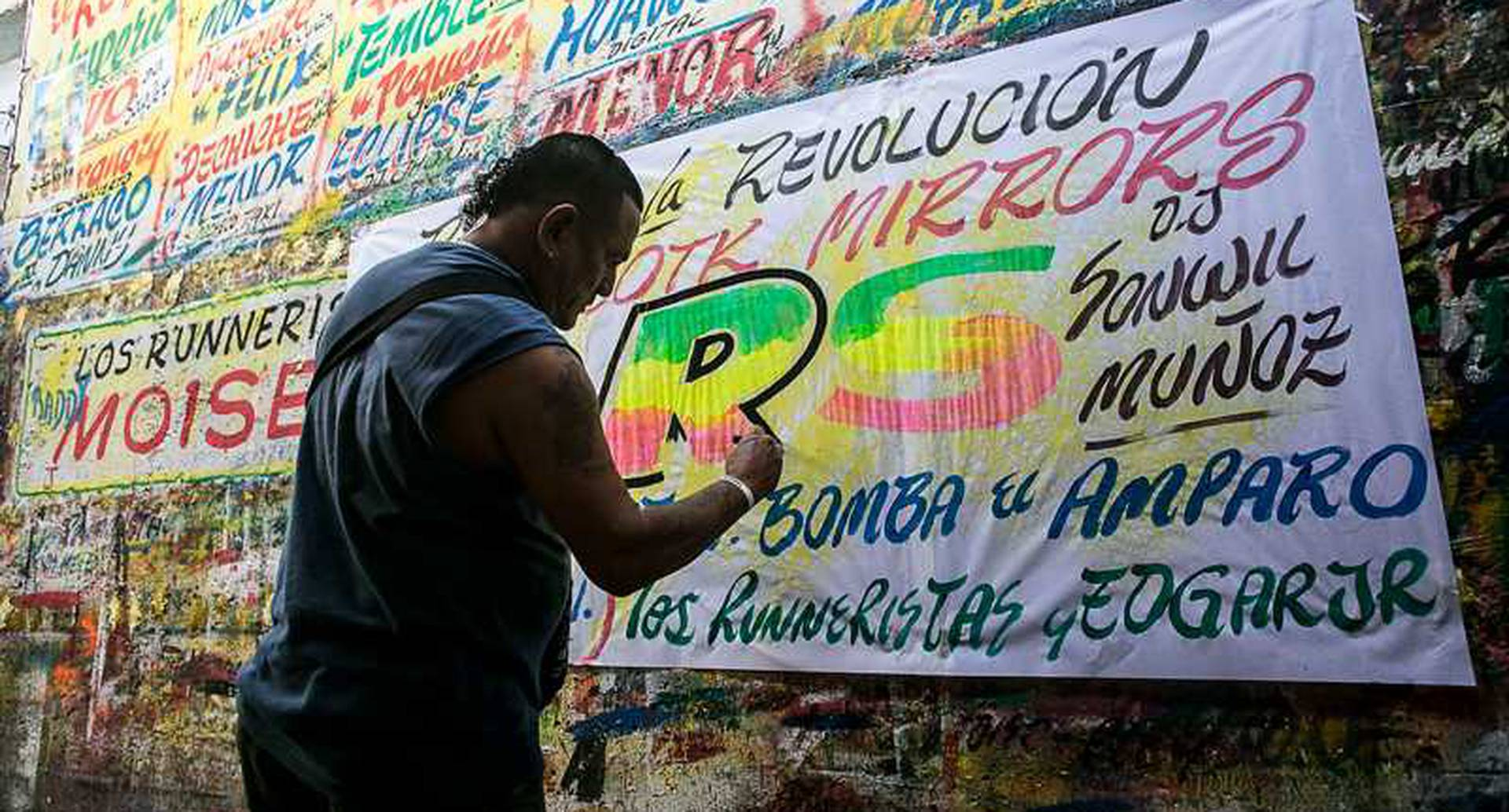 """""""El Runner"""": el artista encargado de hacer los carteles de los """"bailes"""" en la ciudad de Cartagena. Foto: Joaquín Sarmiento"""