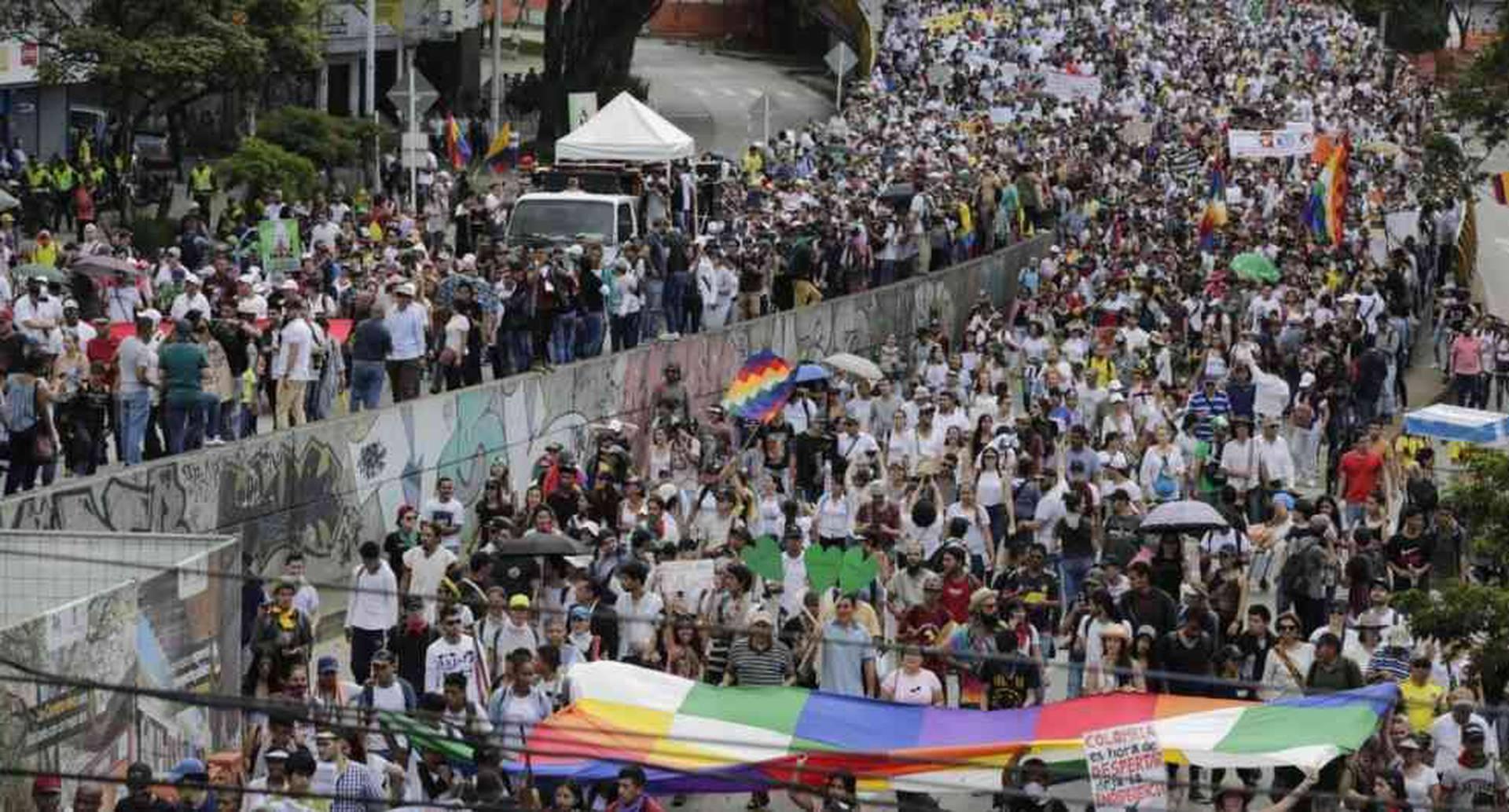 Una marcha sin antecedentes se vive este jueves en la capital paisa. La Alcaldía reporta más de 20 mil manifestantes, aunque los organizadores calculan 50 mil. Foto: Julián Roldán / Medellín.